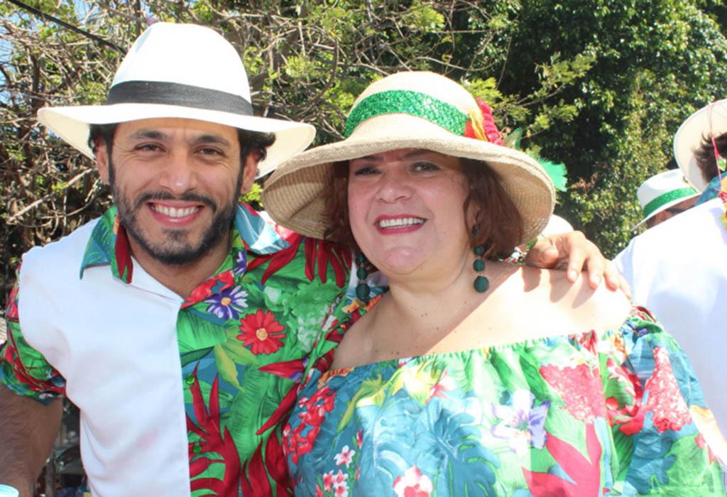El actor Santiago Alarcón que personifica a 'Jaime Garzón' en la telenovela 'Garzón Vive' se gozó la Batalla de Flores junto a la actriz Carmenza González.