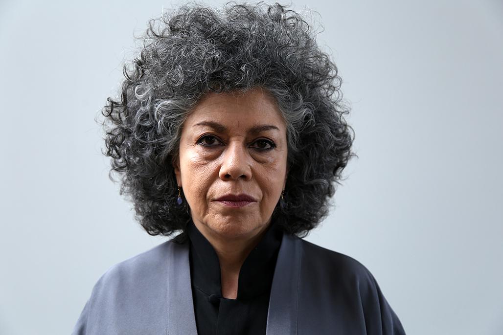"""La artista colombiana Doris Salcedo hace una declaración sobre su obra de arte titulada """"Fragmentos"""" durante la ceremonia de inauguración de su trabajo en Bogotá, Colombia, el 10 de diciembre de 2018."""
