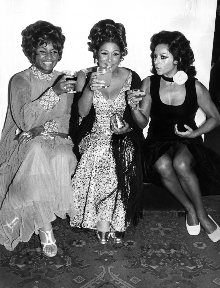 Celia Cruz, Olga Guillot y Lola Flores, durante un cóctel en Madrid ofrecido por el modisto Miguel Rueda.