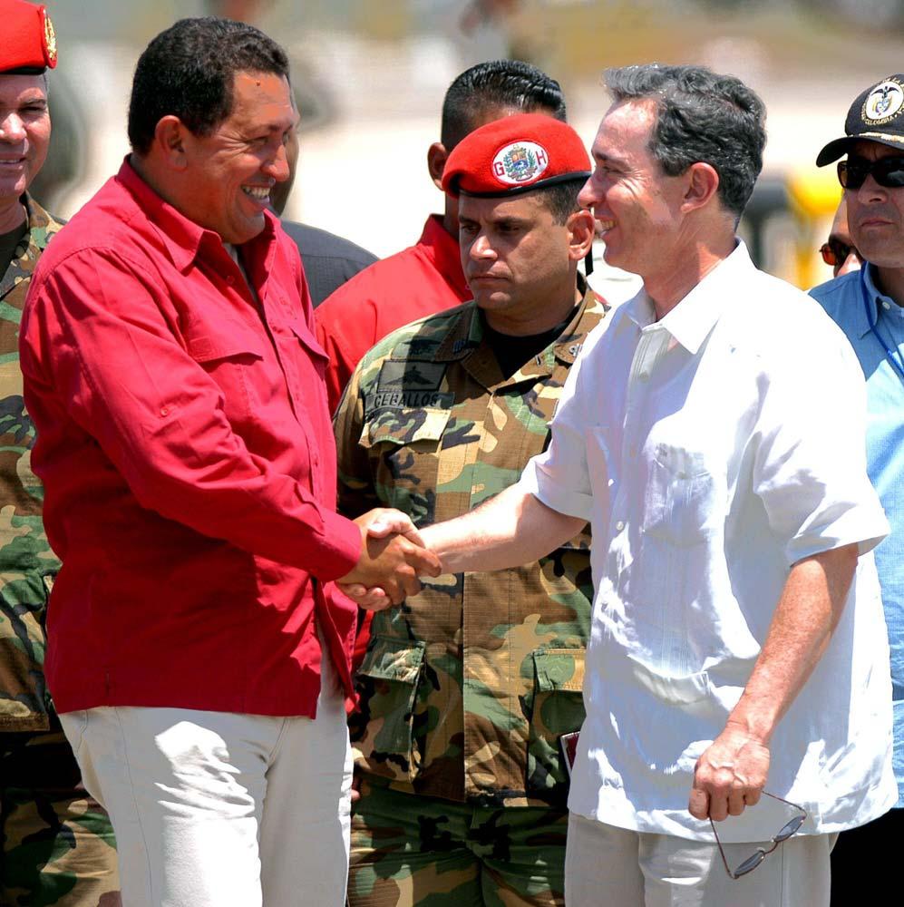 Hugo Chávez y Álvaro Uribe celebran una reunión para analizar el estado de las relaciones entre Venezuela y Colombia.
