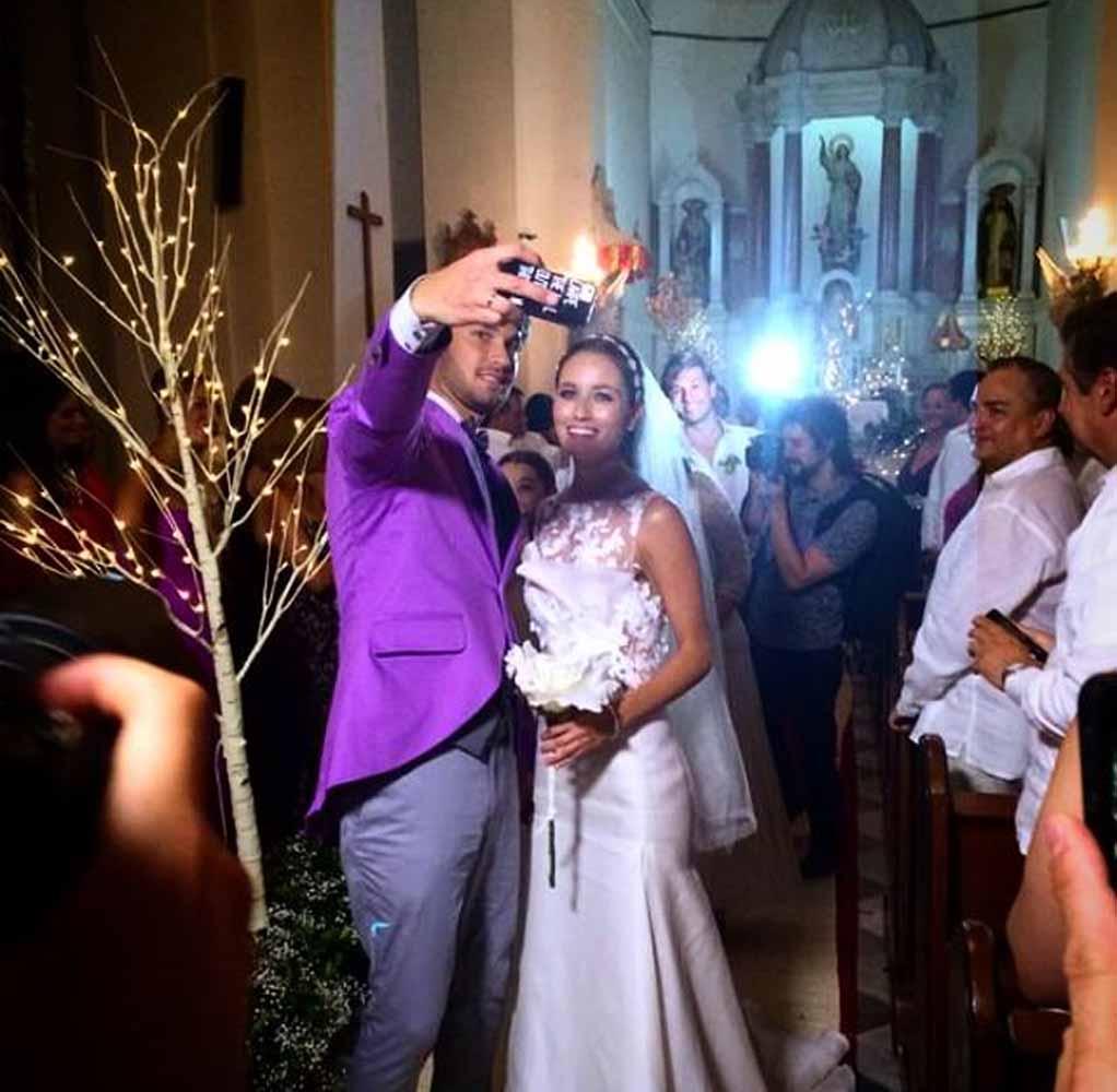 A la salida de la iglesia. Ricardo Pava diseñó el traje de Camilo,mientras el vestido de Paula fue de un diseñador de Nueva York.