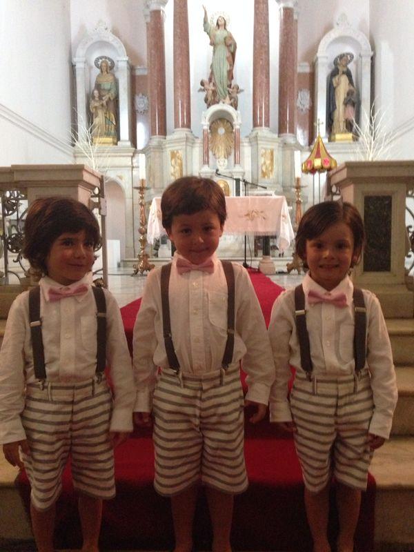Los pajecillos de la boda familiares del novio, uniformados para recibir a la novia.
